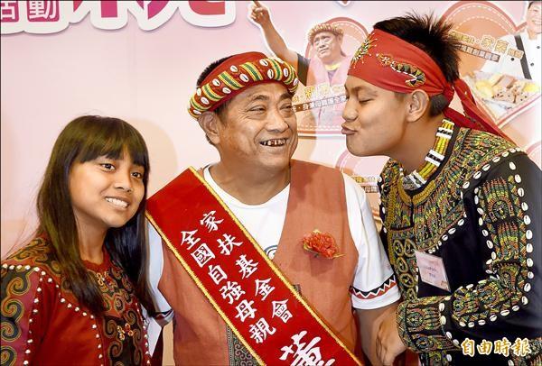 魯凱族原住民董新勇(中)獨自照顧一雙兒女獲頒自強母親。(記者劉信德攝)