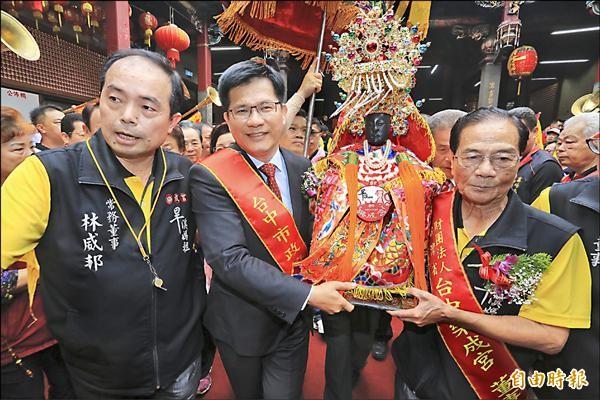 台中市長林佳龍(中)恭迎媽祖上轎起駕。(記者張瑞楨攝)