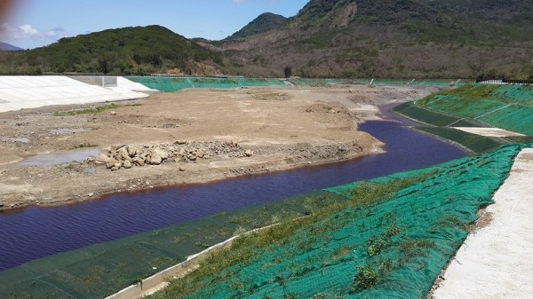 滯洪池出現「紫」水。(記者蔡宗憲翻攝)