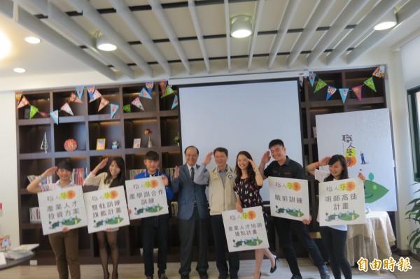 青年職涯發展中心發表6位年輕人創業的過程的專書及影片。(記者蘇金鳳攝)