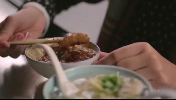 交通部觀光局製作1支台灣旅遊宣傳「美食篇 」,圖為古早味碗粿要用竹叉吃。(擷自網路)(記者洪瑞琴攝)
