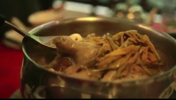交通部觀光局製作1支台灣旅遊宣傳「美食篇 」。圖為阿美砂鍋鴨。(擷自網路)
