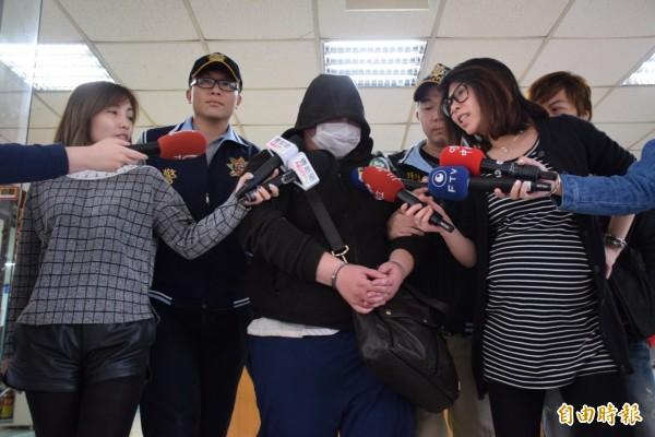 自稱是「龍少主」、「龍王」的新北市35歲男子蘇建華,晚間11時40分左右遭法官裁定收押禁見。(記者曾健銘攝)
