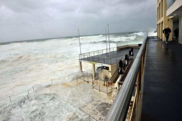 海浪因暴風助長而來勢洶洶。(法新社)