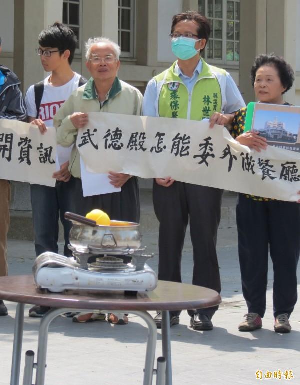 民間人士 高舉白布條抗議,前方還放置火鍋做為道具。(記者林良哲攝)