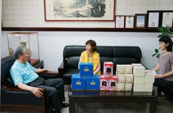 雲林郵局捐創世杯組及生活用品。(記者詹士弘翻攝)