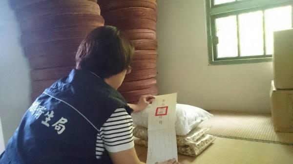 彰化縣衛生局人員發現一家簡餐飲店的菊花茶含有超標農藥,目前已張貼封條,勒令業者停止使用。(圖:彰化縣衛生局提供/記者林良哲翻攝)