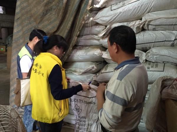 英國藍茶品又出問題,桃園市政府衛生局派員前往亞東茶行追查。(衛生局提供)