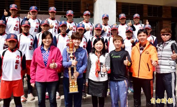 新北市新莊區丹鳳高中女壘隊勇奪全國高中女子壘球聯賽冠軍。(記者陳韋宗攝)