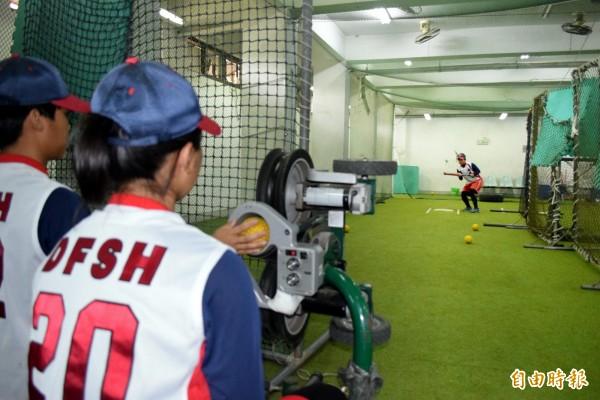 今年全國高中女子壘球聯賽冠軍球隊丹鳳高中,長期缺乏練習場地,球員甚至得在地下室練球。(記者陳韋宗攝)