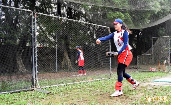 今年全國高中女子壘球聯賽冠軍球隊丹鳳高中,長期缺乏練習場地,但選手們仍努力拚出好成績。(記者陳韋宗攝)