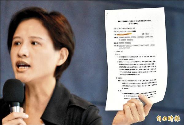 立委鄭麗君出示中等教育檢核工作小組會議資料,出席會議人名全部匿名,籲各界重視,並阻擋黑箱課綱傷害台灣的下一代。(記者王藝菘攝)