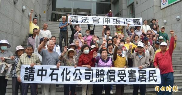 中石化污染求償案受害居民舉布條,希望法院儘速審理。(記者黃文鍠攝)