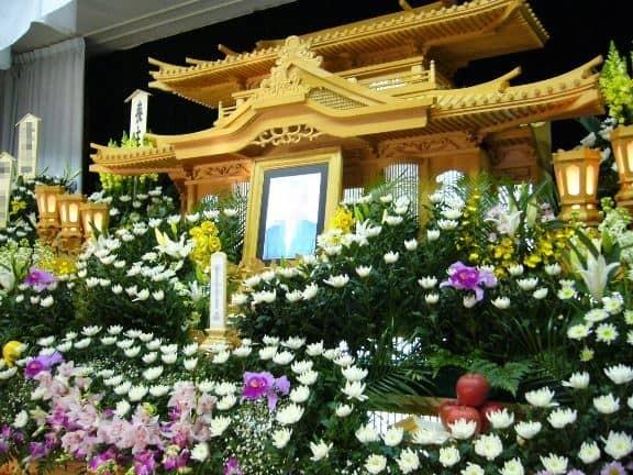 茂呂美耶指出,目前日本流行「零死」,不辦葬禮、不留骨灰、不要墳地,讓一切都歸零的葬儀方式。圖為往生者的牌位。(圖取自m-miya.net)