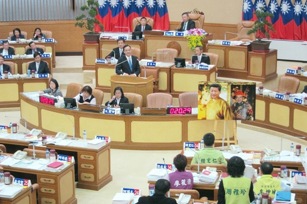 Chinese Nationalist Party (KMT) and Democratic Progressive Party New Taipei City councilors yesterday clash with each other as the latter question whether New Taipei City Mayor and KMT Chairman Eric Chu should meet with Chinese President Xi Jinping. Photo: Ho Yu-hua, Taipei Times