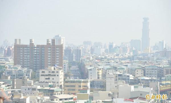 總統宣示高屏空污3年減5%,環保署官員笑著說,高屏空污總量管制6月上路看起來沒問題。(記者黃志源攝)