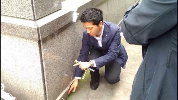 台北市議員何志偉表示,接獲民眾通報,在國父紀念館出口處發現建築物出現裂縫、位移。(圖片擷取自何志偉臉書)