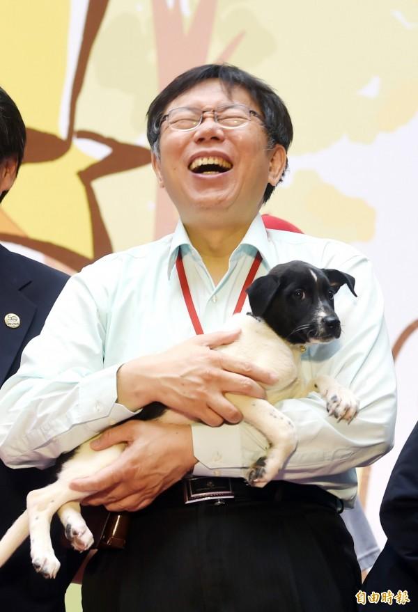 有媒體進行民調發現,台北市長柯文哲在參選總統支持度中,是最能對民進黨主席蔡英文構成威脅的人物。(資料照,記者方賓照攝)
