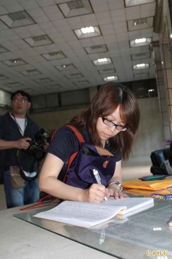 英國藍負責人陳玉惠到刑事局接受約談。(記者邱俊福攝)