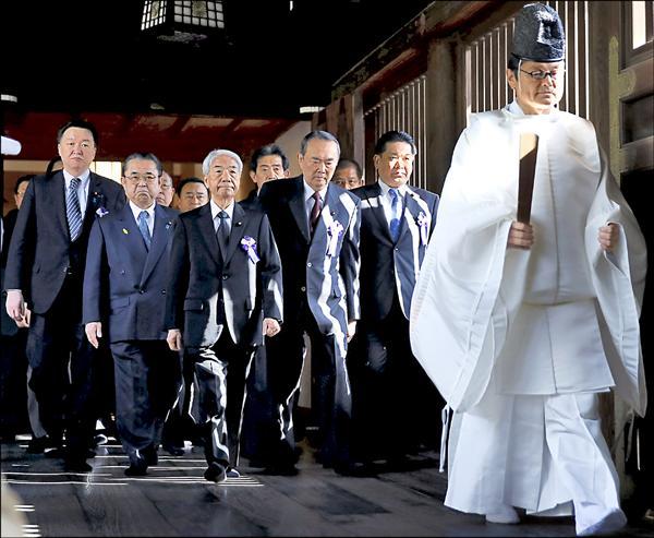 一百零六名日本跨黨派國會議員二十二日前往靖國神社參拜。(路透)