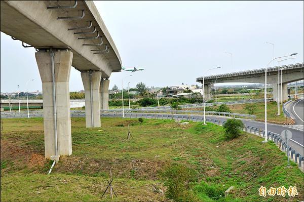 國二甲線停頓,造成國道二號在大園交流道斷頭橋景象。(記者謝武雄攝)