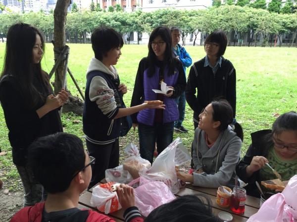 學生進行「故事拍賣會」,有得吃有得玩又能落實學習。(北大高中提供)
