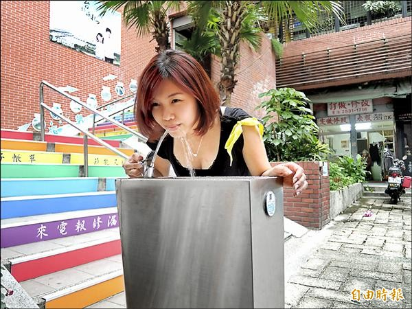市府近來新增許多大型自來水直飲台,造型各有不同,圖為外觀不鏽鋼造型。(記者蕭婷方攝)