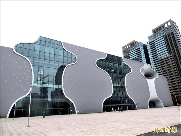 台中國家歌劇院因工程缺失增加,完工時間必須延後。(記者張菁雅攝)