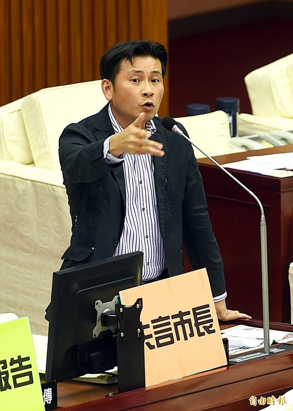 台北市議員戴錫欽在台北市長柯文哲首次議會報告當天上台開砲,事後被網友痛罵。(資料照,記者方賓照攝)