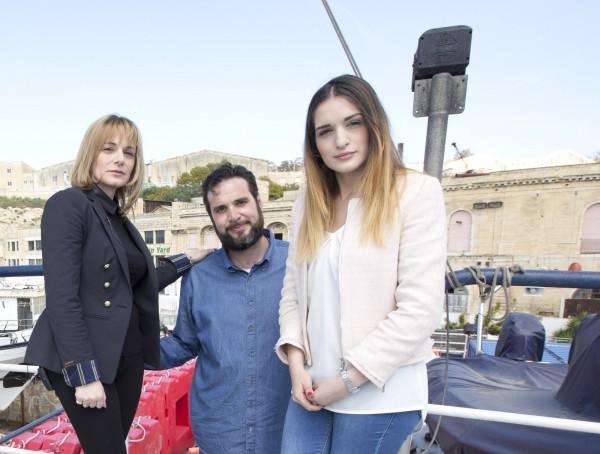 卡川波恩(Chris Catrambone)與妻子、女兒,一家三口致力於搶救在地中海陷入危機的難民船。(美聯社)