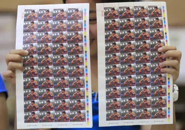 菲律賓拳王帕奎奧下月將與美國拳王梅威瑟展開世紀對決,日前發售限量郵票作為預告,僅花2天就全數售罄。(路透)