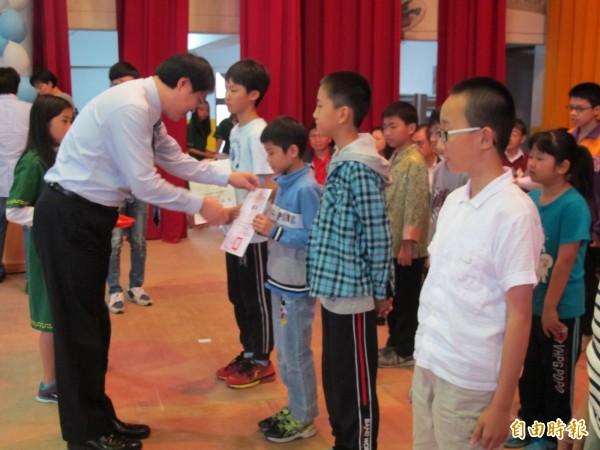 市長林右昌出席基隆市中小學科展頒獎典禮,頒發獎狀給得獎學子。(記者俞肇福攝)