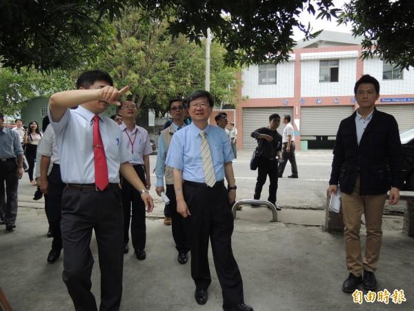 教育部長吳思華(中)在雲林參訪虎尾農工時表示,個人支持反網路霸凌立法。(記者廖淑玲攝)