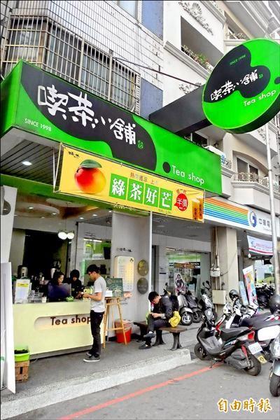 喫茶小舖昨天將進口的阿薩姆紅茶預防性下架。(記者 蘇金鳳攝)