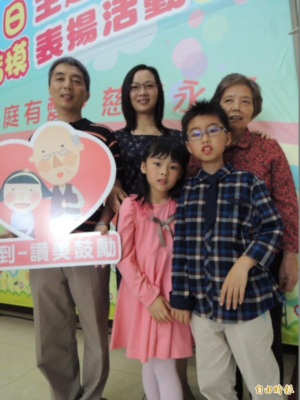 范文榕獲選為全國慈孝楷模,和奶奶及父母、妹妹合影。(記者吳為恭攝)