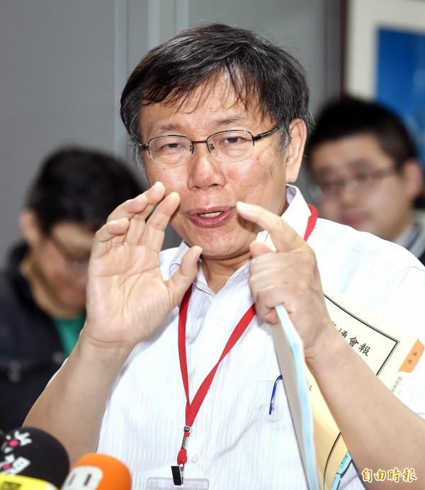 台北市長柯文哲24日出席交通會報,會前接受媒體記者採訪。(記者方賓照攝)