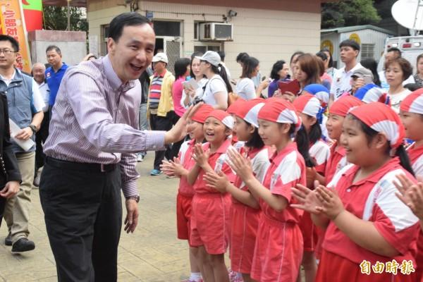 國民黨主席朱立倫(左)出席林口國小校慶活動。(記者陳韋宗攝)