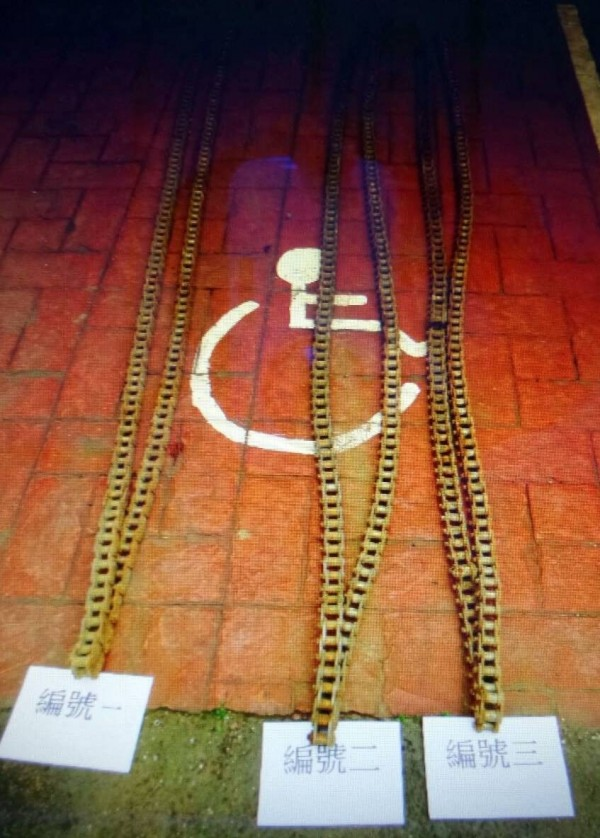 新竹縣張姓慣竊花了3天時間偷了這3條總重150公斤的大鐵鍊,在銷贓前被警方攔檢查獲。(圖由警方提供)