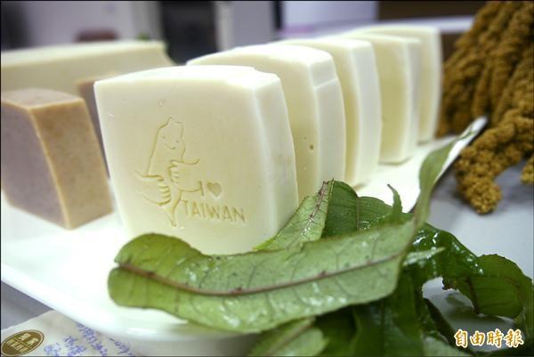 野菜入皂,淡淡芥末綠色澤像是甜點。(記者王峻祺攝)