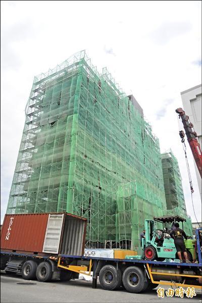 台東市區、知本地區至少六間飯店興建中,今年預估提供三百個相關職缺,但近三年工作機會增加,卻找不到員工。(記者張存薇攝)