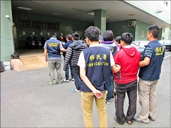 嘉義縣專勤隊前往梅山鄉太和村某工寮清查,在17名外籍採茶工中,查獲4名非法外勞。 (記者吳世聰翻攝)
