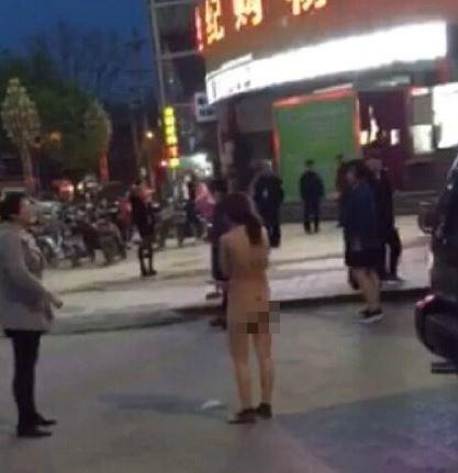 女子被扒光衣服推到大街上,引起不少人圍觀。(圖擷取自網路)