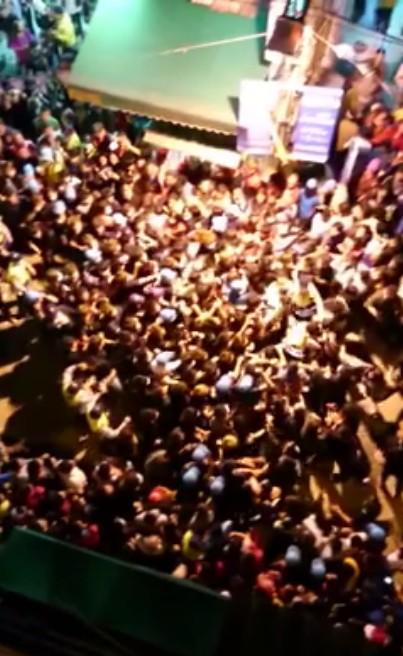 大甲媽祖鑾轎昨日晚間在彰化市區遶境,駐駕天后宮時爆搶轎衝突。(圖擷取自臉書影片)