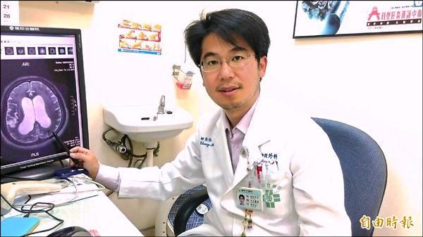 柯宗柏醫師指出患者腦積水部位。(記者張軒哲攝)