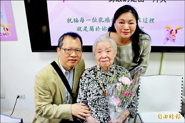 百歲人瑞黃詹梅(中)80歲時罹癌,因心情開朗且治療得宜,至今開心度日。(記者郭逸攝)