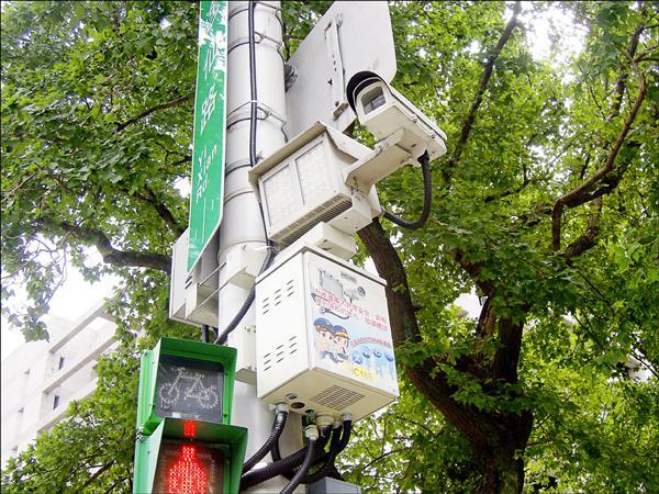 台北市長柯文哲提出「監視器抓違規停車」的「折衷方案」,打算在十大違停熱點先行試辦。(資料照)