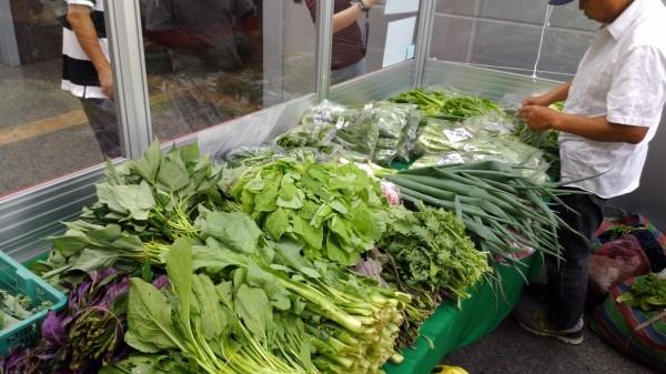 雙溪有機無毒蔬果清晨採收後,直接送到南港軟體園區。(記者林欣漢翻攝,雙溪區公所提供)