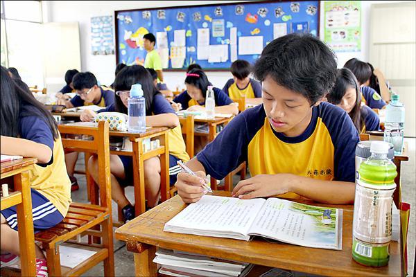 十二年國教升學制度將再變!一○八學年起,高中職入學將不再採計會考成績,改為採計在校學習領域成績,現在的小五生將是首批適用對象。(資料照)