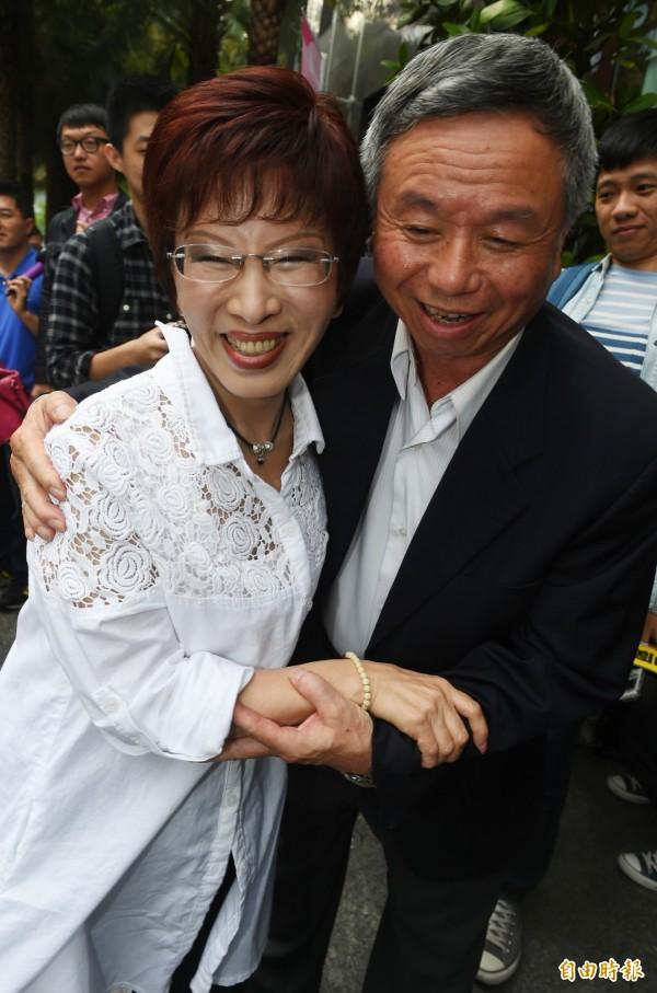 表態參加國民黨總統初選的立法院副院長洪秀柱(左)、前衛生署長楊志良(右)27日下午一同上電視政論節目受訪。(記者張嘉明攝)