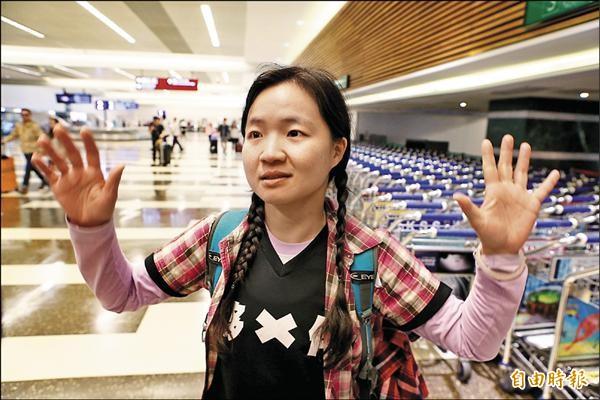 前往尼泊爾碰到地震的背包客賴小姐表示,由於機場停電,報到手續採人工作業。(記者姚介修攝)